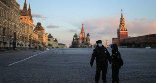 MOSCOW, RUSSIA - APRIL 4, 2020: Police officers in Red Square. Russian President Vladimir Putin signed a decree enforcing criminal responsibility for violation of sanitary and epidemiological rules. Violation of self-isolation order by non-infected citizens can lead to a fine from 15,000 to 40,000 rubles, and a fine of 1 mln rubles or a jail term up to three years for infected citizens. Sergei Bobylev/TASS  Ðîññèÿ. Ìîñêâà. Ñîòðóäíèêè ïîëèöèè íà Êðàñíîé ïëîùàäè âî âðåìÿ ïàíäåìèè êîðîíàâèðóñà COVID-19. Ïðåçèäåíò ÐÔ Âëàäèìèð Ïóòèí 1 àïðåëÿ ïîäïèñàë çàêîí, óñèëèâàþùèé óãîëîâíóþ îòâåòñòâåííîñòü çà íàðóøåíèå ñàíèòàðíî-ýïèäåìèîëîãè÷åñêèõ ïðàâèë. Äëÿ çäîðîâûõ ãðàæäàí íàðóøåíèå ïðàâèë êàðàíòèíà ìîæåò ãðîçèòü øòðàôîì îò 15 äî 40 òûñ. ðóáëåé, äëÿ èíôèöèðîâàííûõ ëèö - øòðàôîì äî 1 ìëí ðóáëåé ëèáî ëèøåíèåì ñâîáîäû íà ñðîê äî òðåõ ëåò. Ñåðãåé Áîáûëåâ/ÒÀÑÑ